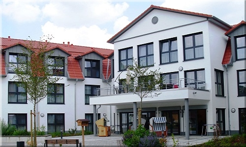 Gebäudeansicht mit Terrasse
